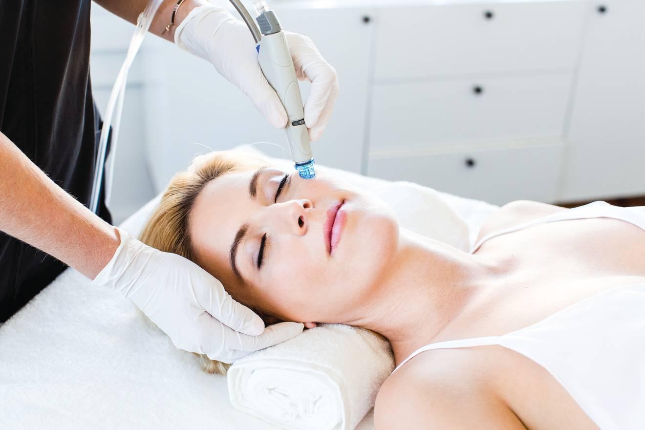 Bild einer HydraFacial Behandlung an einer Frau