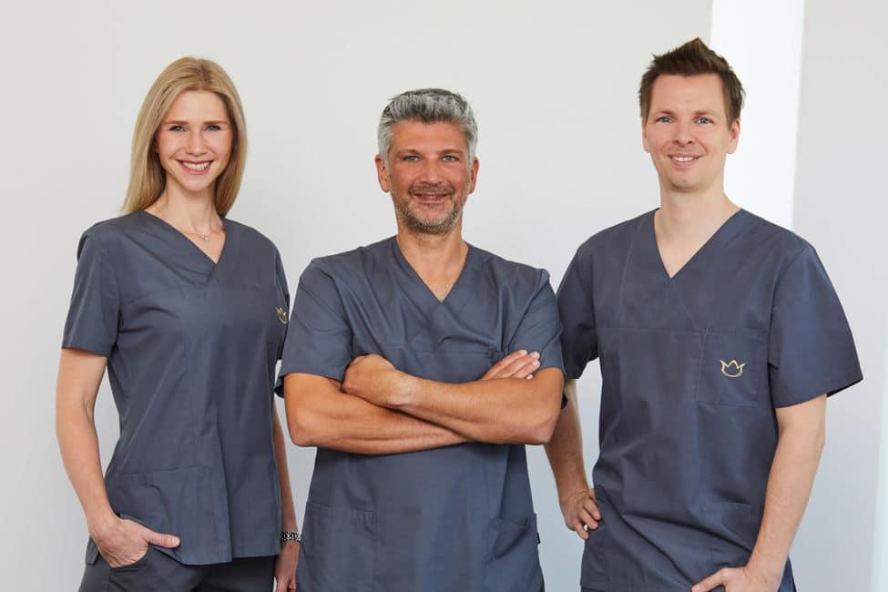 Bild des Ärzteteams der Schlosspraxis Brühl bestehend aus Frau Simone Rossbach, Dr. Achmed Tobias Scheersoi und Dr. Maximilian Rossbach