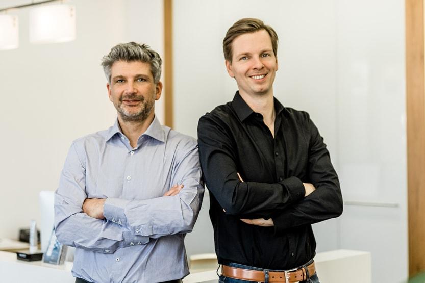Bild von Dr. Achmed Tobias Scheersoi und Dr. Maximilian Rossbach, Fachärzte für plastische und ästhetische Chirurgie.