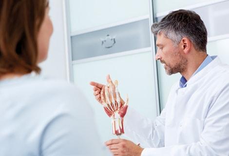 Bild von Dr. med. Scheersoi, der unter anderem auf die Handchirurgie spezialisiert ist.