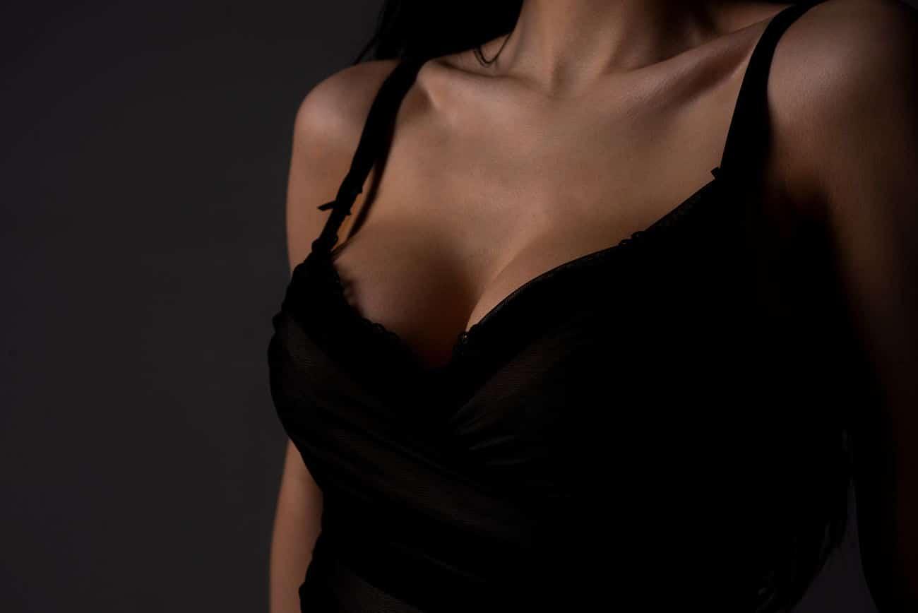 Bild eines Dekolleté zur Darstellung einer Kapselfibrose nach einer Brustvergrößerung
