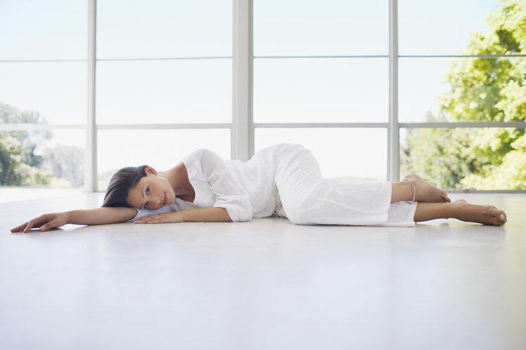 Bild einer Frau, die auf dem Boden liegt zur Darstellung von Körperformungen